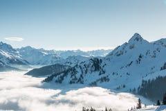 Śnieg na wierzchołku góry i mgła puszek dolina Obrazy Stock
