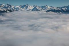 Śnieg na wierzchołku góry i mgła puszek dolina Fotografia Royalty Free