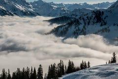 Śnieg na wierzchołku góry i mgła puszek dolina Zdjęcia Royalty Free