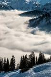 Śnieg na wierzchołku góry i mgła puszek dolina Fotografia Stock