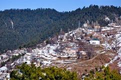 Śnieg nakrywać góry i wioska Obraz Royalty Free