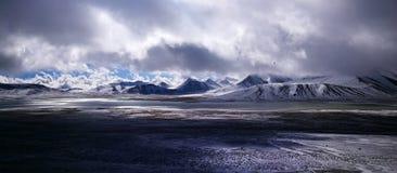 Śnieg nakrywać rzeki w Tybet i góry Obrazy Royalty Free