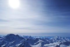 Śnieg osiąga szczyt, grań, niebieskie niebo, unosi się chmury piękny widok od narciarskiego skłonu Zdjęcia Stock
