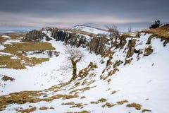 Śnieg przy Walltown Crags pod Hadrian ` s ścianą obraz stock