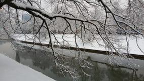 Śnieg - rzeka przy zimą Zdjęcia Royalty Free