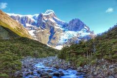 Śnieg, skały, woda i drzewa, Zdjęcie Stock