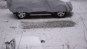 Śnieg spada na samochodach parkujących na parking zbiory wideo