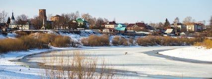 Śnieg topi w rzece zdjęcie stock