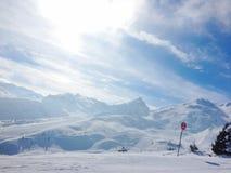 Śnieg w górach i olśniewającym słońcu fotografia stock