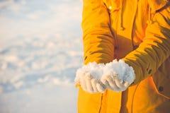 Śnieg w kobiet ręk zimy sezonu stylu życia Obraz Royalty Free