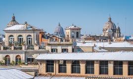 Śnieg w Rzym w Luty 2018, panoramiczny widok dachy zakrywający w śniegu od Caffarelli tarasu na Kapitolińskim wzgórzu obraz stock
