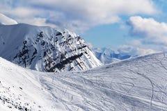 Śnieg z piste skłonu dla freeriding z śladami od nart, snowb Obrazy Stock