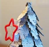 Śnieg zakrywał drzewa z sezonowym czerwieni gwiazdy ciastka krajaczem Obraz Stock