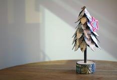 Śnieg zakrywał drzewa z sezonowym czerwieni gwiazdy ciastka krajaczem Fotografia Royalty Free