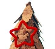 Śnieg zakrywał drzewa z sezonowym czerwieni gwiazdy ciastka krajaczem Zdjęcie Stock