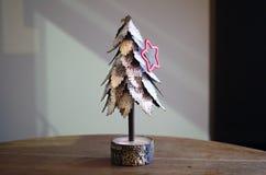 Śnieg zakrywał drzewa z sezonowym czerwieni gwiazdy ciastka krajaczem Fotografia Stock