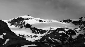 Śnieg zakrywał górę, czarny i biały, Torres Del Paine Fotografia Stock