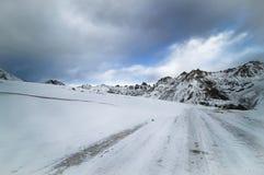 Śnieg zakrywał halną drogę na zima dniu, zdjęcie royalty free