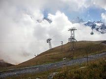 Śnieg zakrywał halnych szczyty i wagony kolei linowej w Grindelwald, Szwajcaria Fotografia Stock
