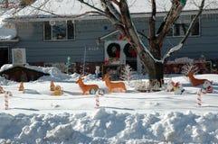 Śnieg zakrywał jarda dekorującego dla bożych narodzeń obrazy stock