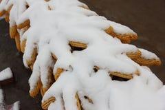 Śnieg zakrywał kukurudze wiesza na dachu w wsi Zdjęcia Stock