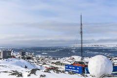 Śnieg zakrywał miasto i fjord z góra lodowa przeglądem, Nuuk, Greenl Obrazy Stock