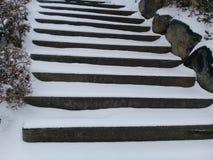 Śnieg zakrywał schodowych kroki bez poręczy dla pedestrians obraz stock