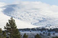 Śnieg zakrywał skłony Geal Charn góra przy roztoką Feshie w średniogórzach Szkocja fotografia royalty free