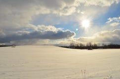 Śnieg zakrywał tocznych wzgórza w kraju na pogodnym zima dniu obraz stock