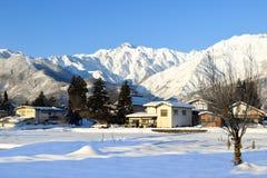 Śnieg zakrywał wysokogórskiego krajobraz Japonia podczas zimy obrazy royalty free