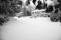 Śnieg zakrywająca Amerykańska podmiejska ulica Zdjęcia Stock