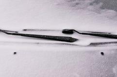 Śnieg zakrywająca przednia szyba z wiper ostrzami Poj?cie je?d?enie w zima czasie z ?niegiem na drodze godziny krajobrazu sezonu  fotografia stock