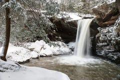 Śnieg Zakrywająca siklawa Appalachian góry - Kentucky - Płaski liźnięcie Spada - obraz stock