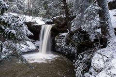 Śnieg Zakrywająca siklawa Appalachian góry - Kentucky - Płaski liźnięcie Spada - fotografia stock