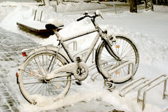 Śnieg zakrywający bicykl Zdjęcie Royalty Free