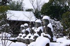 Śnieg zakrywający Buddhas, Kyoto Japonia Zdjęcia Royalty Free