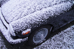 Śnieg Zakrywający Czarny rocznika samochód Obrazy Royalty Free