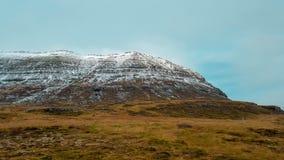 Śnieg zakrywający fjord na jesień dniu obraz stock