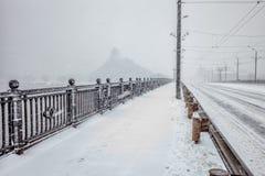Śnieg zakrywający most podczas ciężkiego śniegu burzy fotografia stock