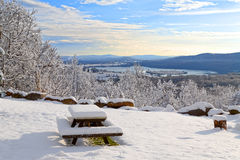 Śnieg Zakrywający Pykniczny stół z widokiem fotografia stock