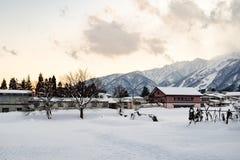 Śnieg zakrywający wysokogórski krajobraz przy półmrokiem fotografia royalty free