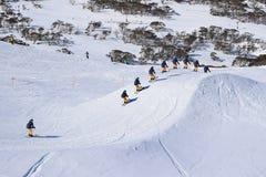 Śnieg zakrywający wysokogórski krajobraz przy półmrokiem obrazy royalty free
