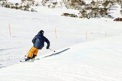 Śnieg zakrywający wysokogórski krajobraz przy półmrokiem obrazy stock