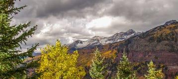 Śniegi Nakrywający szczyty nad Telluride w San Juan górach zdjęcie stock