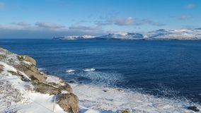 Śniegi zakrywający fjords i ocean obrazy royalty free