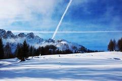 Śniegu krajobraz, samolot cieni zimę w Dolomiti górach w Cadore, Włochy Fotografia Stock