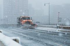 Śniegu lemiesza ciężarówki pojazd przeorze ulicy autostradę nor Easter w nowym England Connecticut podczas Zdjęcia Stock