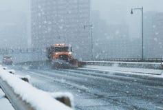 Śniegu lemiesza ciężarówki pojazd przeorze ulicy autostradę nor Easter w nowym England Connecticut podczas Obraz Stock