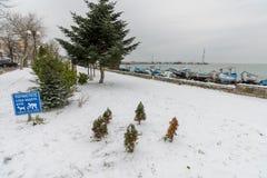 Śniegu Marcowy dzień na Pomorie bulwarze w Bułgaria Zdjęcie Stock