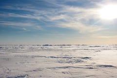 Śniegu pustynny i błękitny zimy niebo Góry na horyzoncie zdjęcie stock